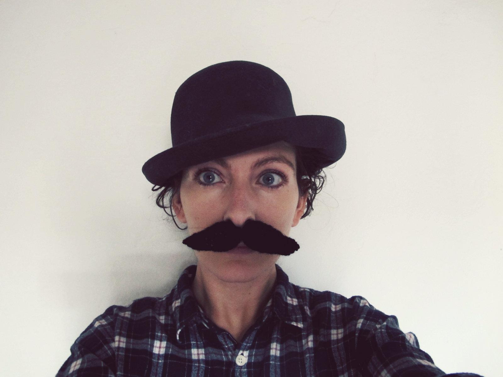 tricoter une moustache