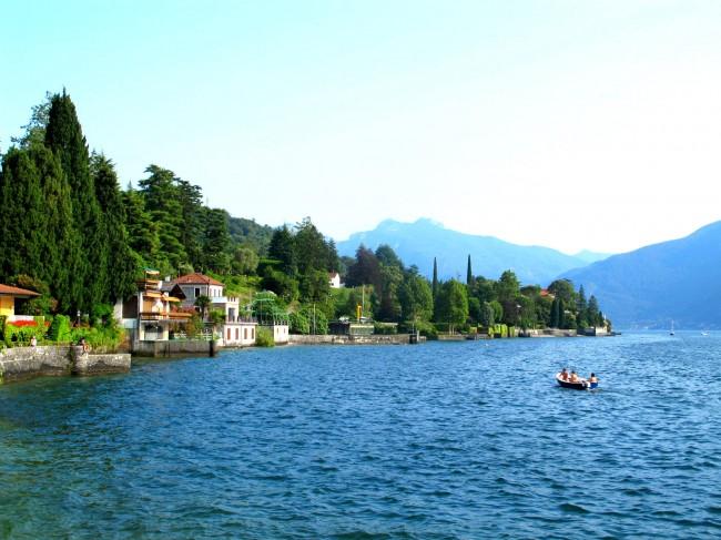 Baignade avec enfants et location de bateau au lac de Cme
